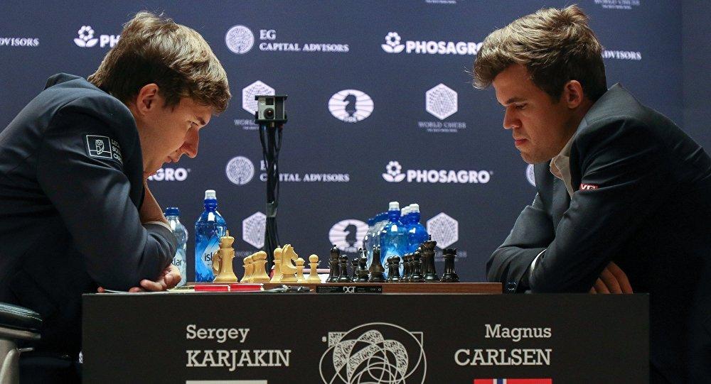 No kreisās: lielmeistars Sergejs Karjakins (Krievija) un lielmeistars Magnuss Kārlsens (Norvēgija) mačā par 2016. gada pasaules čempiona titulu