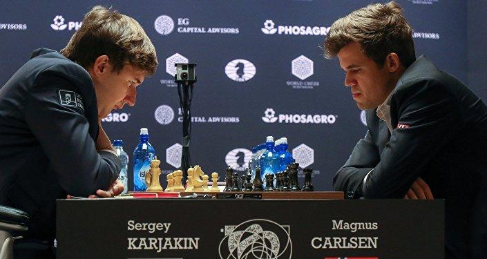 Слева направо: гроссмейстер Сергей Карякин (Россия) и гроссмейстер Магнус Карлсен (Норвегия) в партии матча за звание чемпиона мира 2016