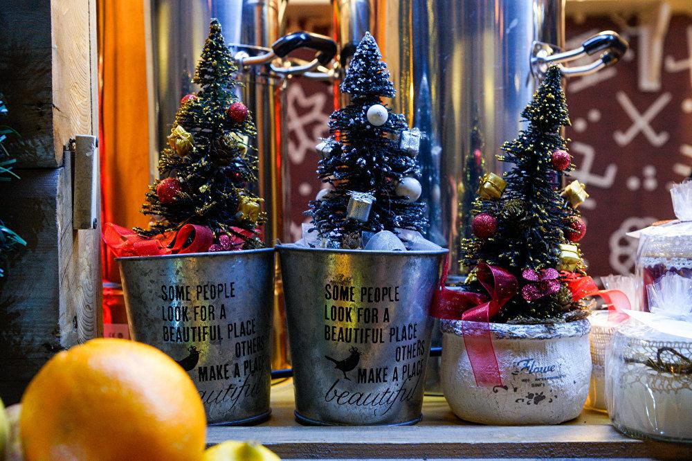 Ziemassvētku tirdziņš Doma laukumā, svētku mantiņu tirdzniecība