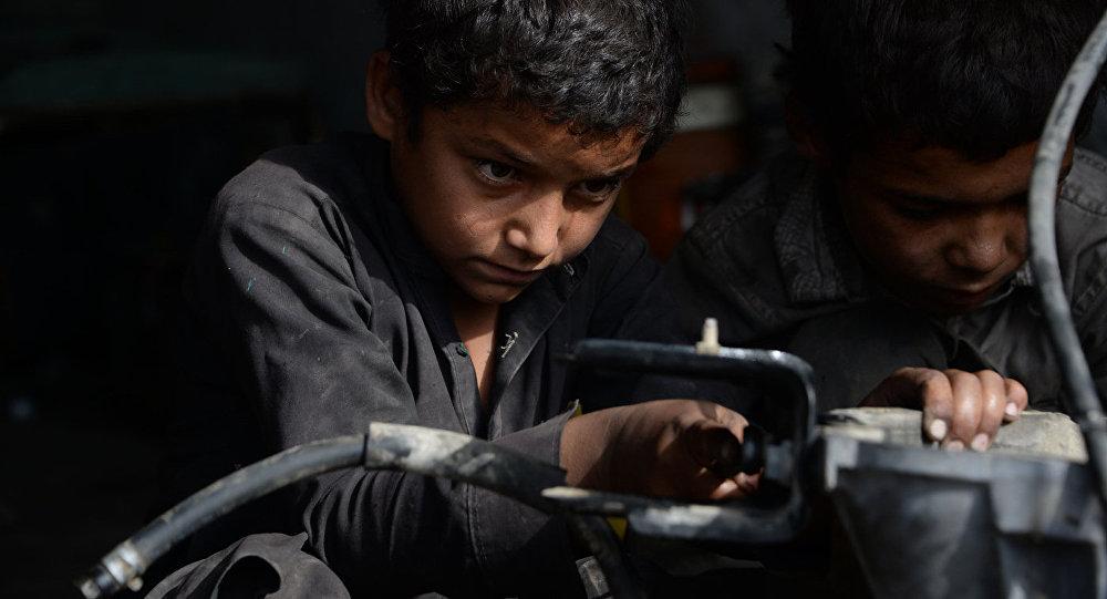Bērni darbā. Foto no arhīva