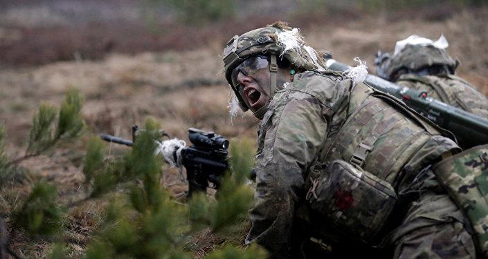 Американские солдаты во время учений Атлантическая решимость в Адажи