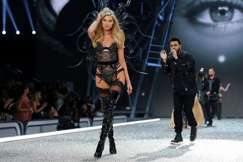 Modele Elza Hoska šovā Victoria's Secret 2016