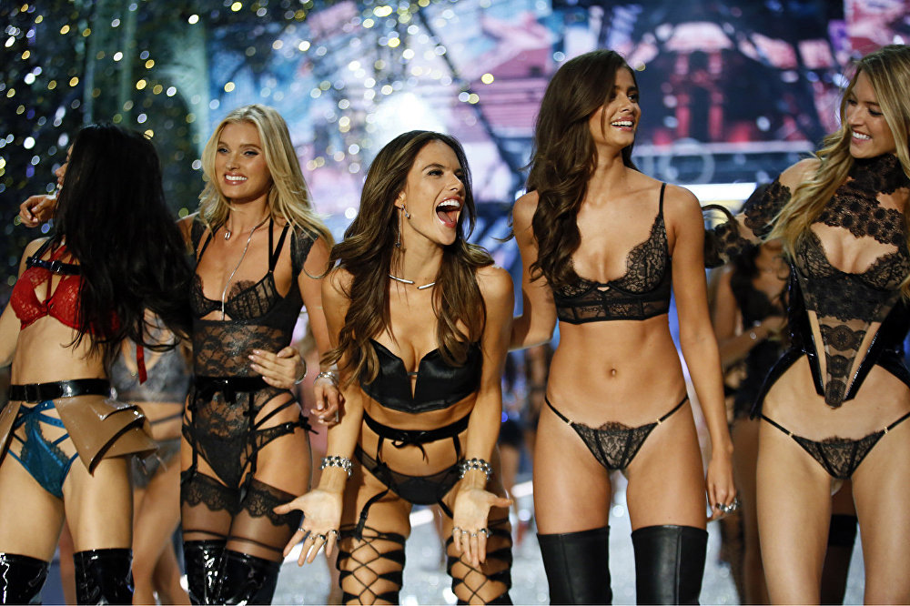 Modeļu demonstrācija The Victoria's Secret Fashion Show 2016 Parīzē