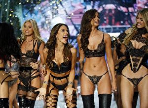 Modeļu demonstrācija The Victoria's Secret Fashion Show 2016 Parīzē
