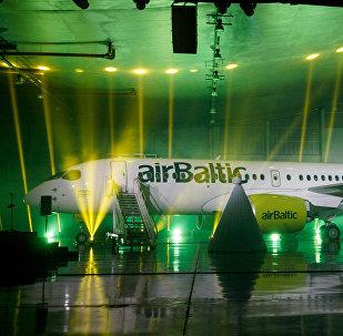 AirBaltic prezentēja lidmašīnu CS300