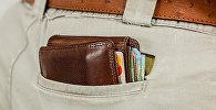Портмоне с кредитными картами в кармане