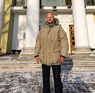 Внук архитектора Олег Гофрат на фоне произведения своего деда