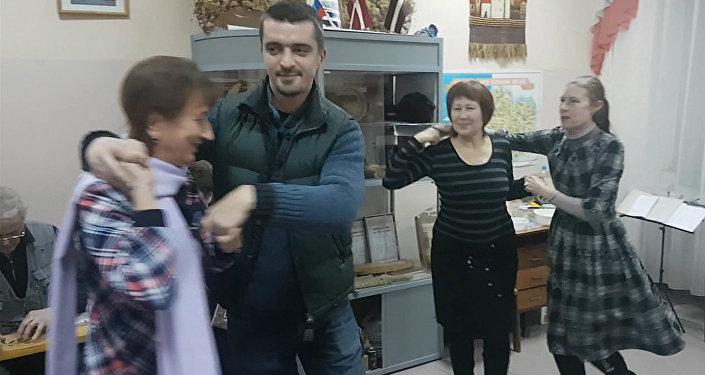 Kokles un bajāna pavadījumā: Naivie ceļotāji mācās latviešu dejas Omskā