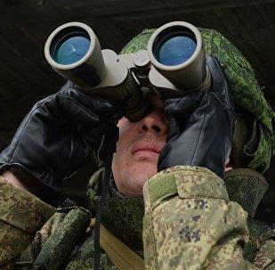 Военнослужащий с биноклем, архивное фото