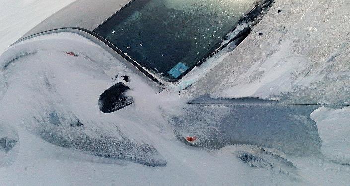 Засыпанный снегом автомобиль. Архивное фото