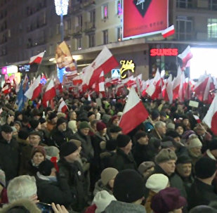 Aptuveni 30 tūkstoši cilvēku piedalījās opozīcijā esošās Demokrātijas aizsardzības komitejas maršā Varšavā.