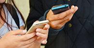 Люди с мобильными телефонами, архивное фото