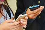 Руки с мобильными телефонами