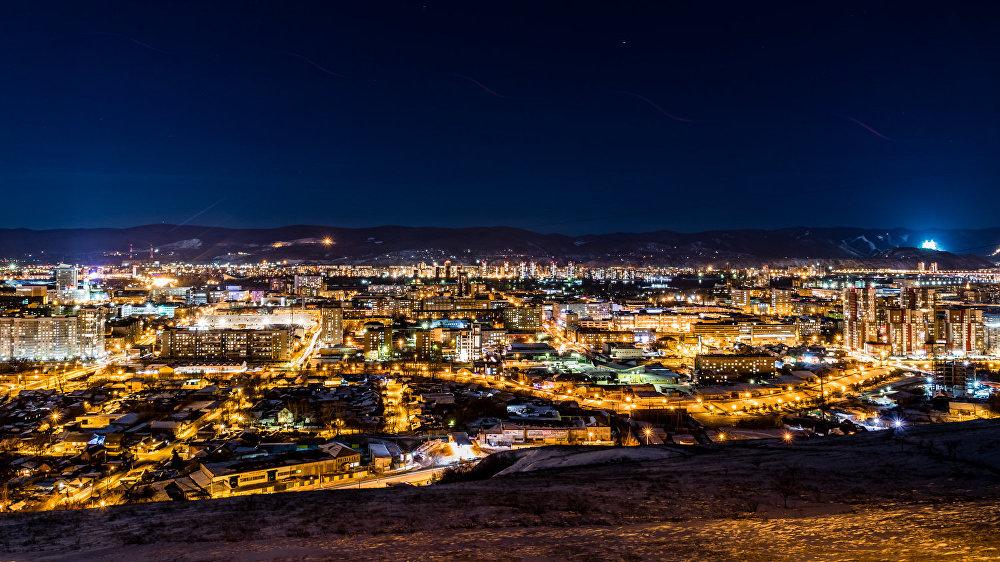 Gleznaina pilsētas panorāma paveras no skatu laukuma Sargtorņa kalna virsotnē