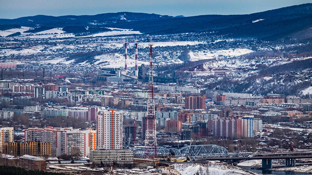 Rītausmā kļūst skaidrs, ka no trim pusēm pilsētu ieskauj augsti kalni