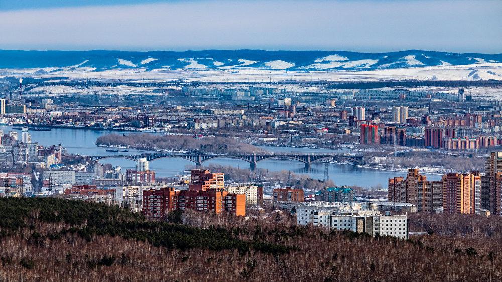 Pilsētu iejož Jeņiseja, un dažviet to caurauž upes daudzās pietekas