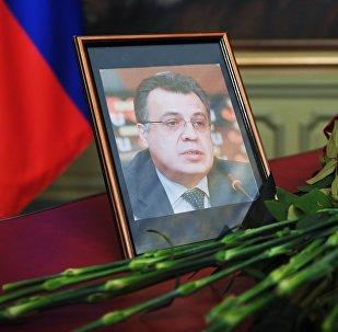 Ziedi pie Krievijas vēstnieka A. Karlova fotogrāfijas Turcijā