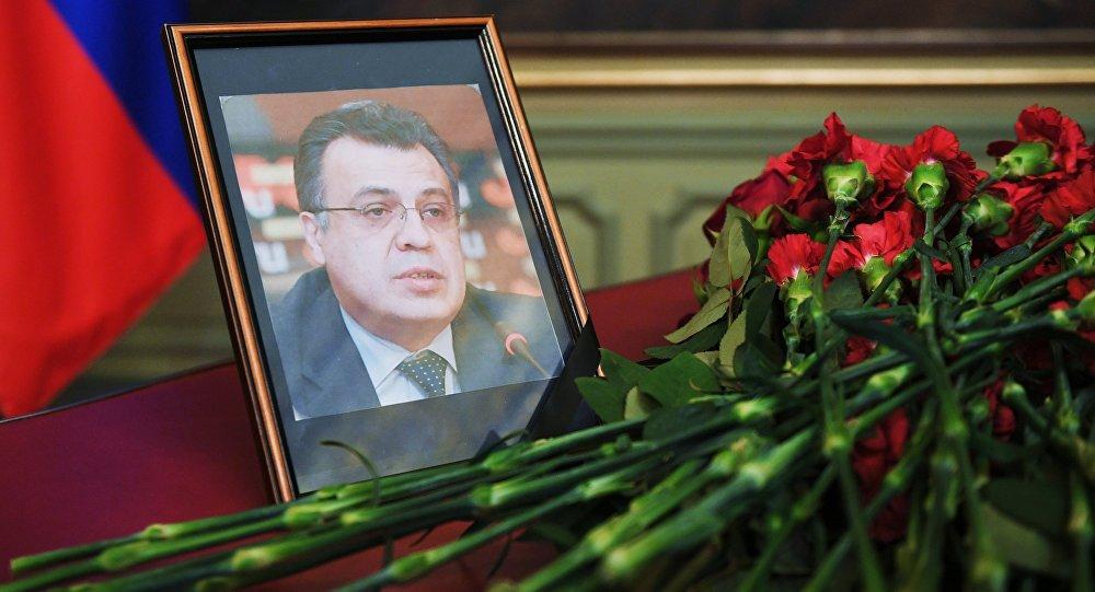 Ziedi pie Krievijas vēstnieka Turcijā A.Karlova fotogrāfijas.
