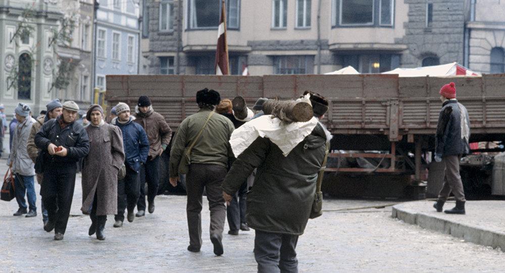Возведение баррикад в Риге в 1991 году. Архивное фото