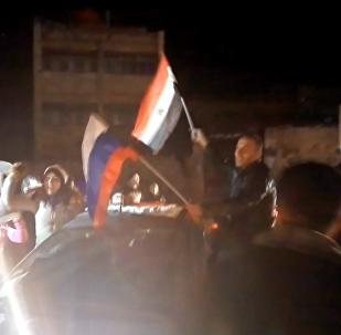 Alepo iedzīvotāji ar KF un Sīrijas karogiem dziedāja un dejoja pēc galvaspilsētas atbrīvošanas