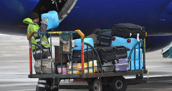 Погрузка багажа в самолет в аэропорту