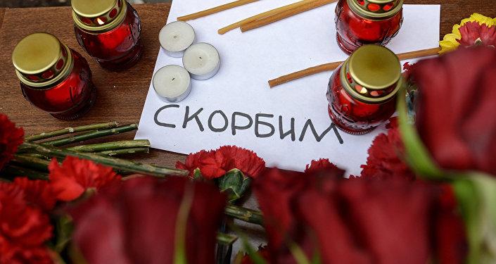 Ziedi un sveces bojāgājušo piemiņai. Foto no arhīva
