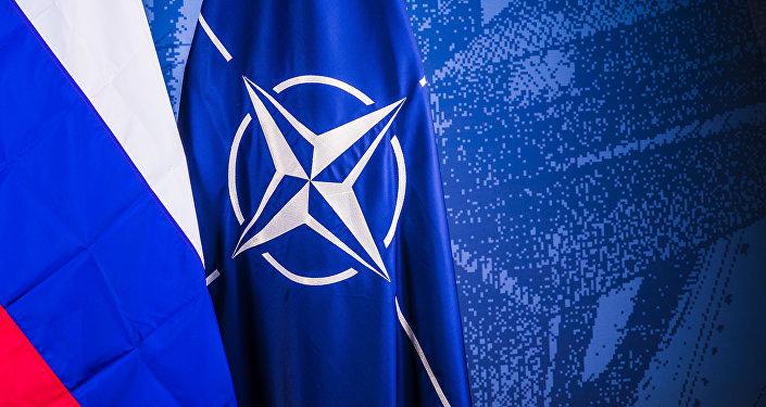 NATO un Krievijas karogi