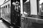 Люди фотографируют из поезда