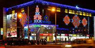 Универмаг Ориго на привокзальной площади Риги сияет огнями
