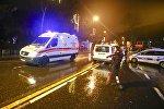 Машины скорой помощи и полиции возле ночного клуба, где произошло нападение во время новогодней вечеринки в Стамбуле