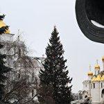 Krievijas galvenā Jaungada egle Kremlī noformēta retro stilā: to grezno rotaļlietas, kas ataino kosmonautus, dirižabļus un dāvanas, pūču, vāveru un zaķīšu figūriņas, krelles, lāstekas un čiekuri