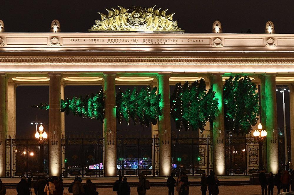 Neparasta horizontāla eglīte uzstādīta pie Gorkija Centrālā kultūras un atpūtas parka galvenās ieejas Maskavā