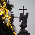 Jaungada eglītes noformējumā Pils laukumā Sanktpēterburgā šogad dominē zeltaina krāsa