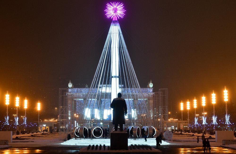 Jaungada eglīte un Ļeņina piemineklis VDNH Maskavā