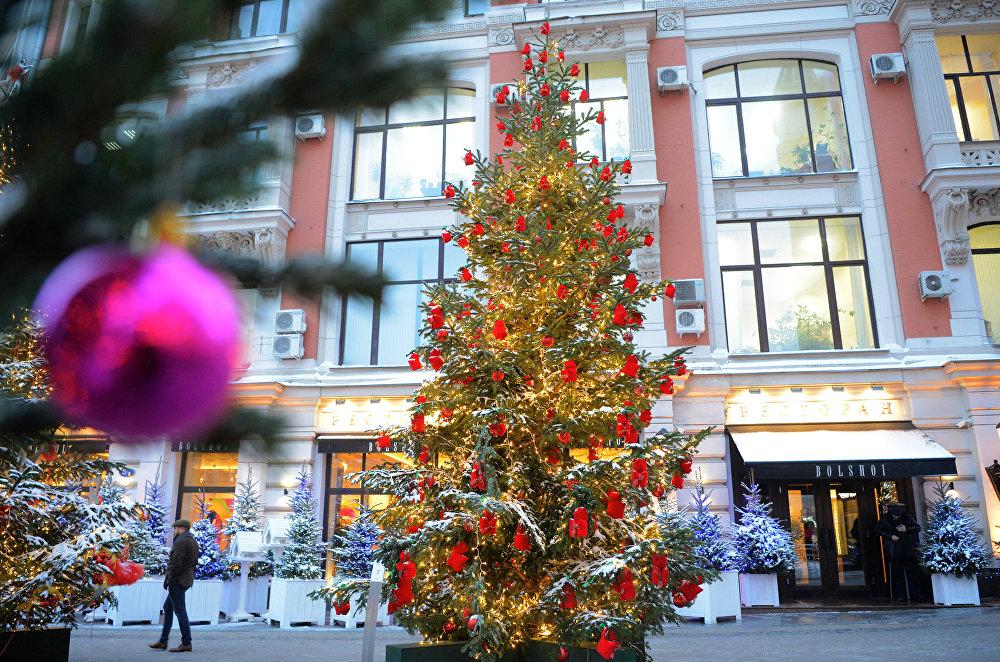 Eglīte, ko rotājis dizainers Igors Čapurins festivālam Ceļojums Ziemassvētkos