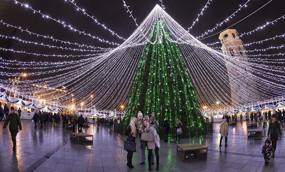 Новогодняя ёлка на Соборной площади в Вильнюсе
