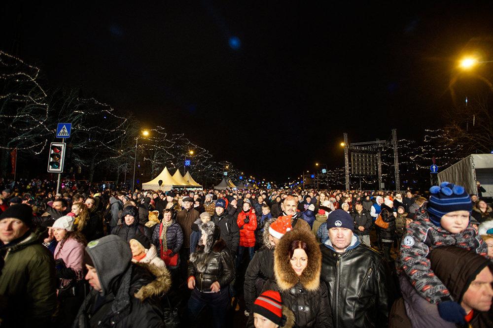 Aptuveni 80 tūkstoši cilvēki sagaidīja Jauno gadu Daugavas krastmalā