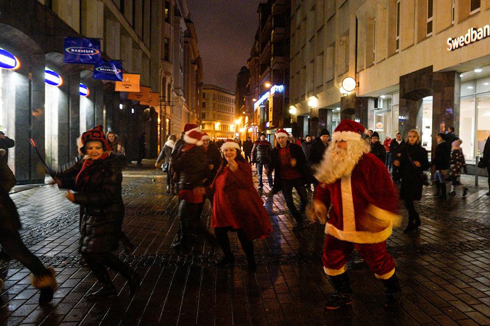 Rīgas ielās dejo Santa Klauss