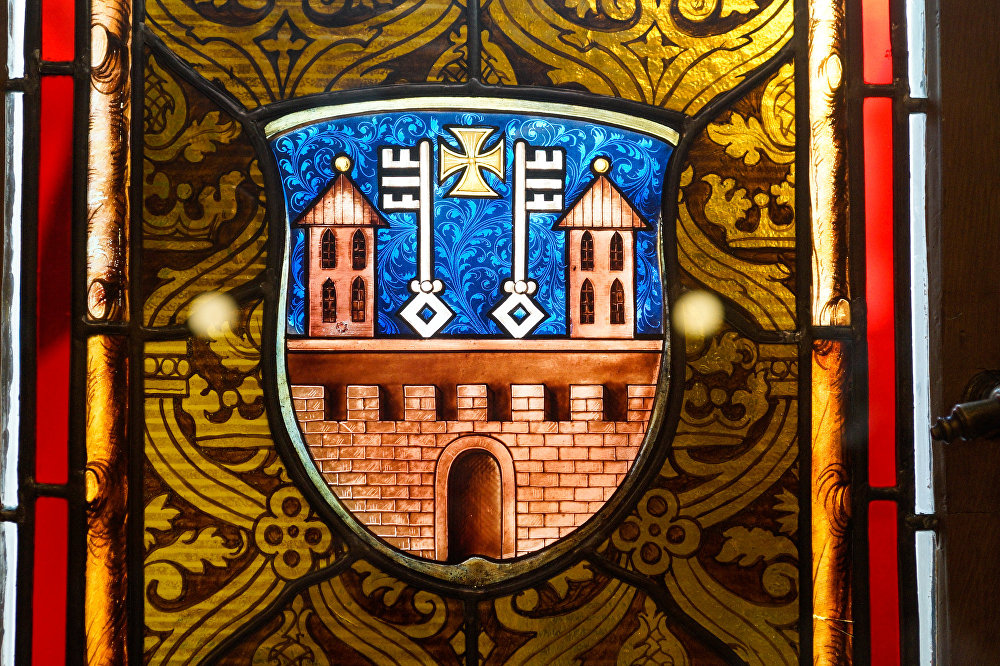 Rīgas ģerbonis Mazās ģildes Lielās zāles vitrāžā