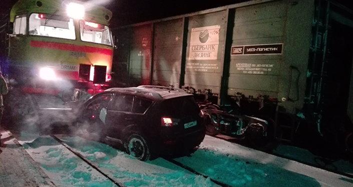 На станции Дарзини столкнулись два поезда и легковой автомобиль