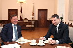 Премьер-министр Марис Кучинскис (слева) на встрече с президентом Раймондсом Вейонисом
