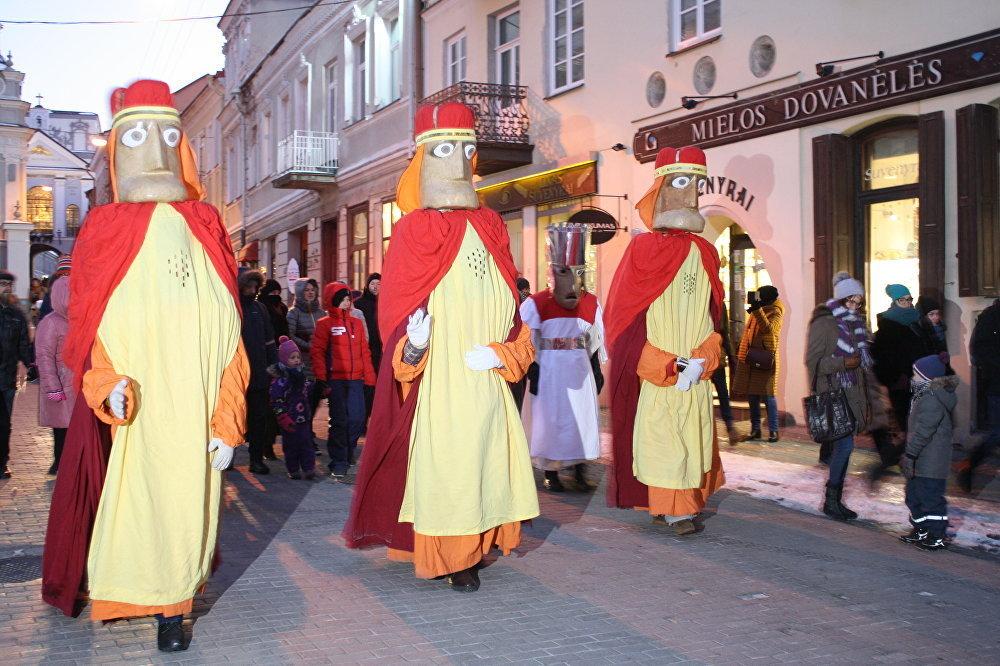 Trīs Karaļi soļo pa Viļņas vecpilsētu