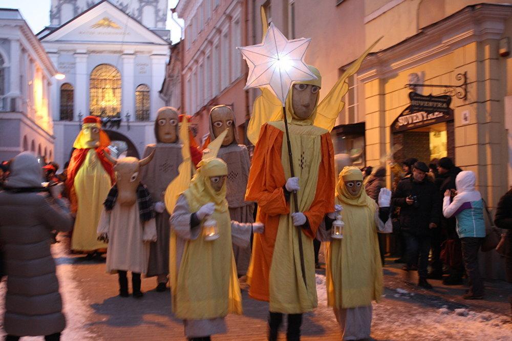 Gājienam pa ielām seko ticīgie un tūristi