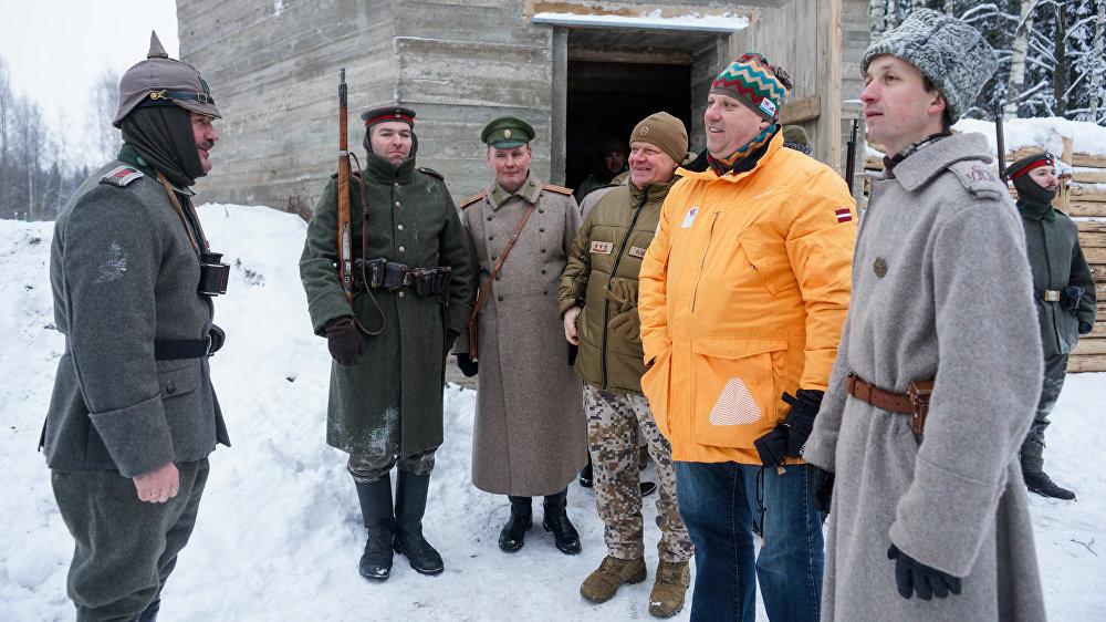 Vācu armijas pārstāvis ziņo ministram par gatavību vācu valodā