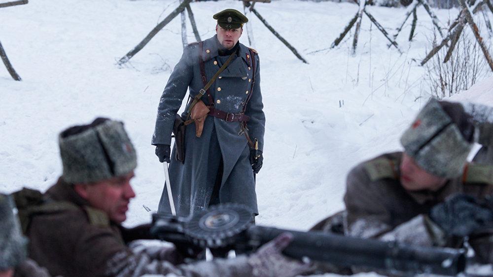 Virsnieks vada latviešu strēlnieku uzbrukumu