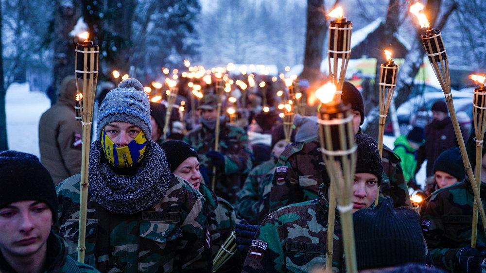 Lāpu gājiena dalībnieki – pieaugušie un bērni – nosoļoja vairākus kilometrus līdz Ložmetējkalnam