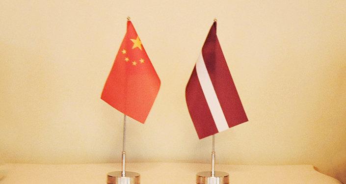 Ķīnas un Latvijas karogi