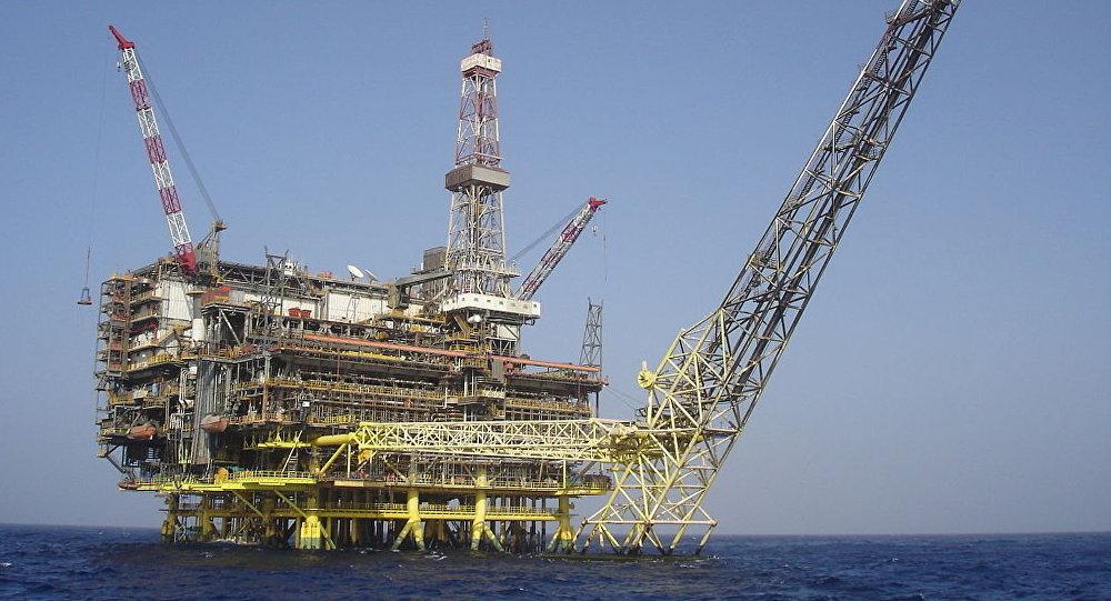 Нефтяная буровая платформа. Архивное фото