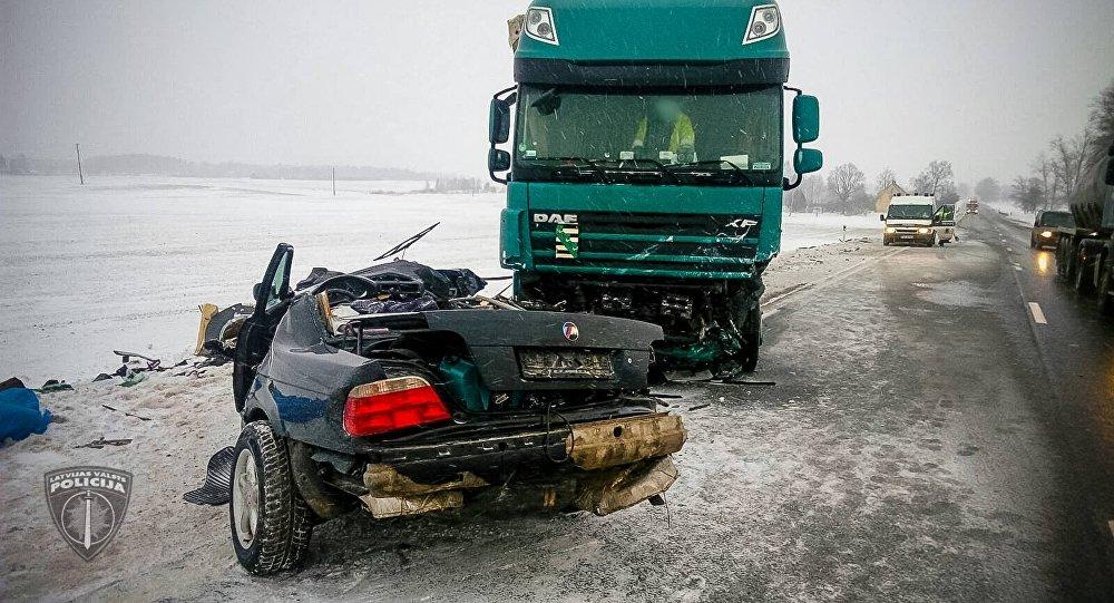 Два человека погибли в результате столкновения грузовика с легковым автомобилем на Баускском шоссе