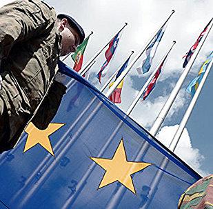 Eiropas korpusa karavīri ar ES karogu. Foto no arhīva